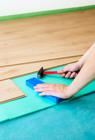 floor covering: Repair of a floor covering. Man laying the floor panels