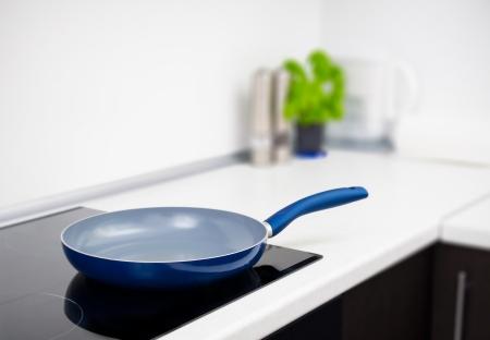 Bratpfanne in der modernen Küche mit Induktionsherd Standard-Bild