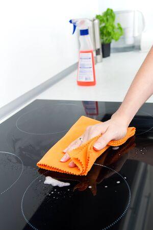 estufa: Limpieza manual de inducci�n estufa Foto de archivo