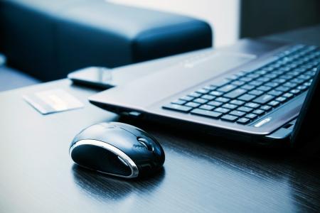Laptop, mouse, credit card on desk Zdjęcie Seryjne