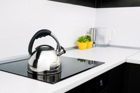 kettles: Caldera de acero en la cocina moderna con estufa de inducción