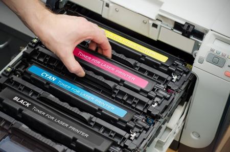 impresora: El hombre pone de tóner en la impresora