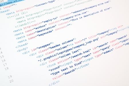 白の背景に HTML 言語のコード