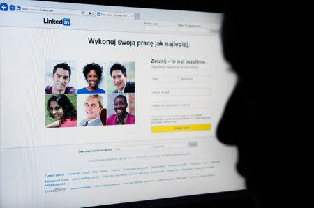 social networking service: Cara mirando a Linkedin.com p�gina en la pantalla - servicio de red social orientada a los negocios