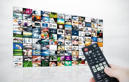 大きな液晶テレビの画像および remonte は素敵なコントロールのストリームを手に 写真素材