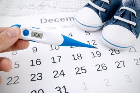 カレンダーに不妊治療コンセプトの電子温度計 写真素材 - 31592104