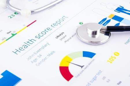 健康状態によるスコア報告書です。医療の背景に聴診器。