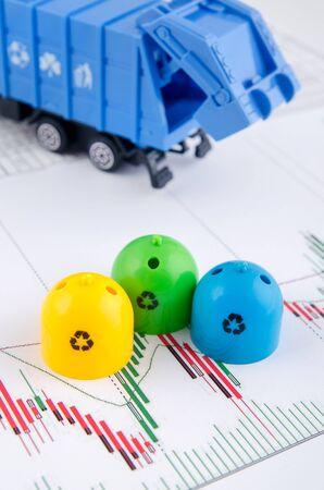 camion de basura: Contenedores de basura de colores y juguetes de camiones de basura en el fondo de negocio