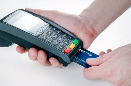販売のためのターミナルを通してクレジット カードをスワイプ手 写真素材