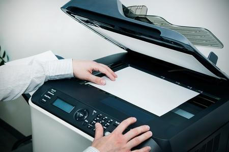 オフィスのスキャナー多機能デバイスを使用している人 写真素材
