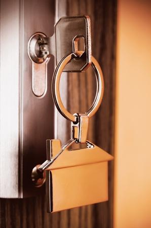 system: Clave de la casa con colgante cromo plateado con forma de casa Foto de archivo