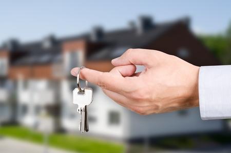llaves: La mano del hombre la celebraci�n de llaves con a la nueva casa. Forma Inicio cromo colgante