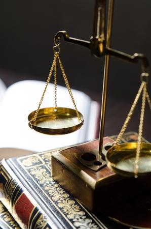 balanza de la justicia: Escala del peso y los libros. Escalas de la justicia y el concepto de la ley