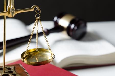 gerechtigkeit: Skala von Gerechtigkeit. Law Komposition mit Hammer auf Bücher im Hintergrund