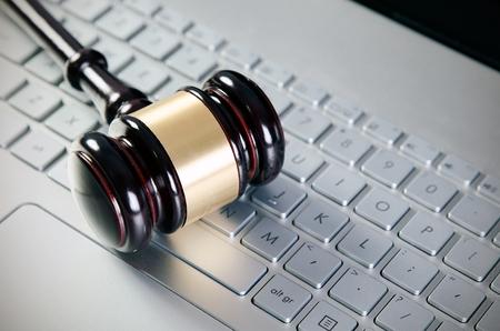 tecnolog�a informatica: Juez Martillo de madera en la computadora port�til teclado blanco
