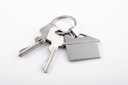 ringe: Keys und Haus Chrom Anhänger mit nach Hause Form isoliert auf weißem Hintergrund Lizenzfreie Bilder