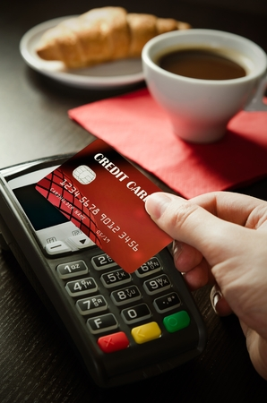 Man using payment terminal with NFC contactless technology in cafeteria Stockfoto
