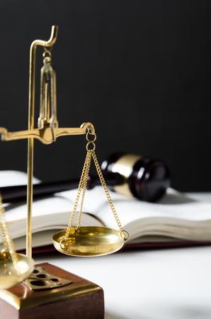 concepto: Escala de la justicia. Composici�n Derecho con martillo en los libros de fondo