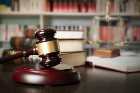 abogado: Concepto de la ley con el martillo y la escala en el fondo. Composición en la biblioteca de la corte