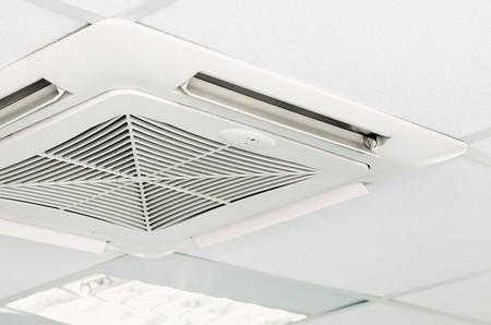 Moderne airconditioning systeem aan het plafond geïnstalleerd