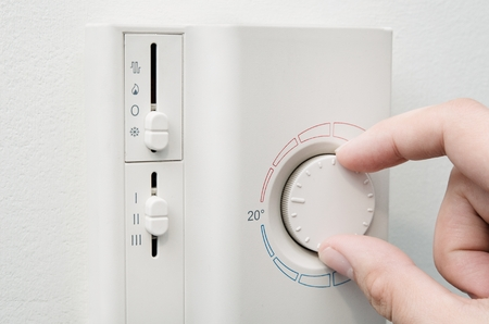 interrupteurs main thermostat du système de conditionnement d'air sur le mur