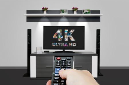 tv: TV ultra HD. 4K technologie de résolution du téléviseur. Regarder la télévision en home cinéma.