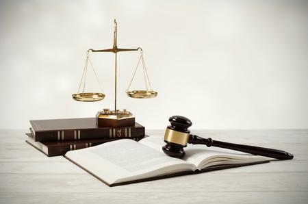 Gerechtigkeit Konzept auf hölzernen Hintergrund. Rechtsanwalt Gericht Rechtsanwalt Hammer Richter Rechts Zusammensetzung Standard-Bild
