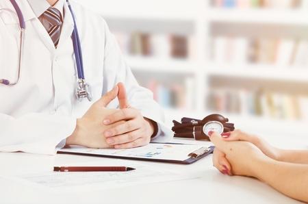 Arts en patiënt medische raadpleging. artsenpatiënt gezondheidszorg bureau stethoscoop medische concept Stockfoto - 68980934