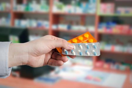 Pharmacien tenant des comprimés dans les mains. Pilules médecine pharmacie drogue drogue médicaments acheter concept de santé Banque d'images - 70609842