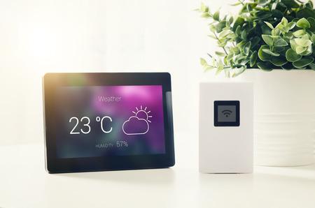 液晶ディスプレイと気象観測所。天気駅ホーム機器デジタル雲が気候の概念を表示します。