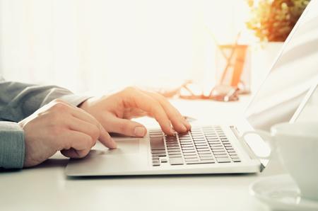 노트북과 함께 사무실에서 근무하는 사람. 컴퓨터 비즈니스 책상 남자 작업 개념