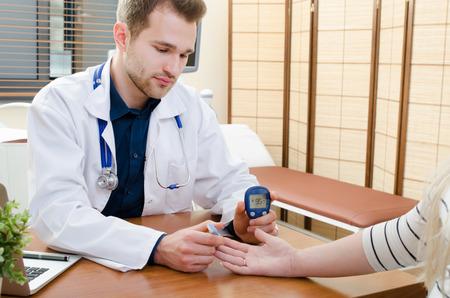 糖尿病患者の血糖値の測定を医師します。糖尿病の血ブドウ糖テスト患者医師砂糖糖尿病概念