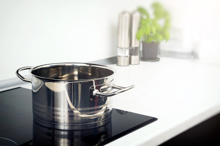 誘導コンロの台所で鍋。モダンなキッチン鍋誘導電気ストーブ コンロ コンセプト