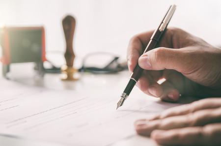 Notar unterzeichnet einen rechtsgültigen Vertrag. Geschäftsmann, der im Büro arbeitet. Notar Anwalt Anwalt Büro Anwaltsbüro offiziellen Konzept Standard-Bild