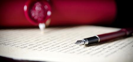 Gesetz-Hintergrund-Thema. Füllfederhalter und Büttenpapier. Rechtsanwaltsstift wird Notarpapierlegacy-Hintergrundkonzept