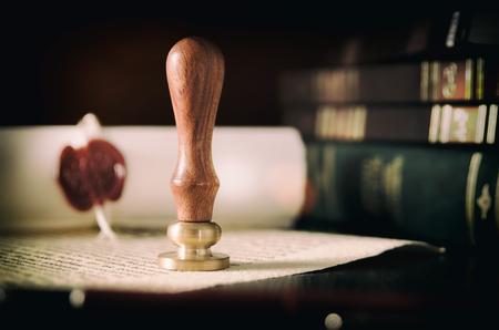 Notaire public, avocat. Notion de droit avec cachet dans la salle d'audience. loi juge contrat tribunal juridique confiance héritage concept de timbre Banque d'images - 87790225
