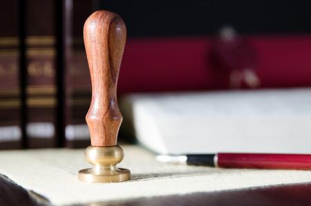 법률, 변호사, 공증인 스탬프 및 책상에 펜입니다. 법률 공증인 종이 법률가 만년필 개념을 씰 것입니다 스톡 콘텐츠