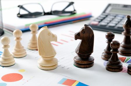 金融事業戦略。オフィス コンセプトで机の上のチェス。