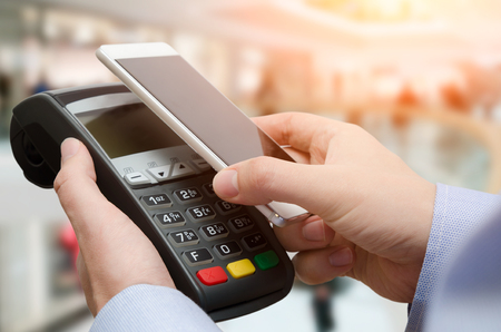 Man using credit card payment machine. Mobile payment with contactless smart phone application Standard-Bild