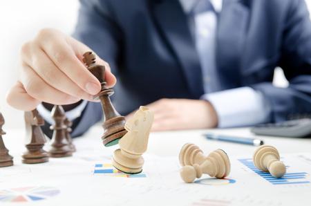 チェスの金融ビジネス戦略の概念。チェスの駒を持つチームリーダー。 写真素材