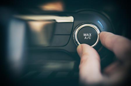 Przycisk klimatyzacji w samochodzie. Koncepcja kontroli zimna i ciepła Zdjęcie Seryjne