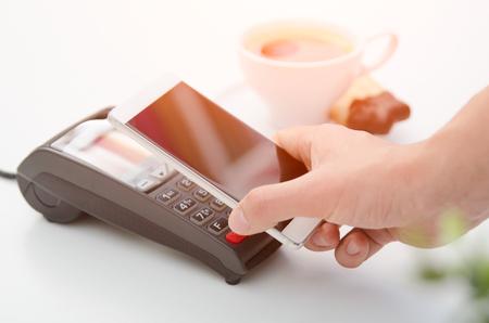 Paiement mobile dans le café avec le téléphone intelligent nfc près de la technologie sans fil de communication de champ Banque d'images