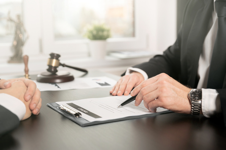 계약서로 일하는 남성 변호사. 변호사 또는 판사가 고객과 상담하고 상담합니다. 법률 및 법률 서비스 개념