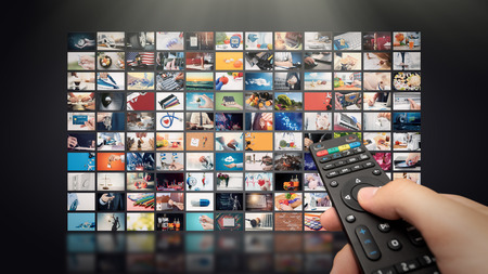 Televisie streaming video concept. Media TV video-on-demand technologie. Videodienst met internetstreaming multimediashows, series. Digitale collage muur van scherm abstracte compositie Stockfoto