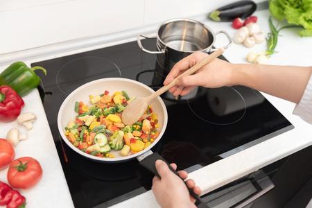 Frisches Gemüse in einer Pfanne gebraten. Gesundes Ernährungskonzept. Gesundes Ernährungskonzept Standard-Bild
