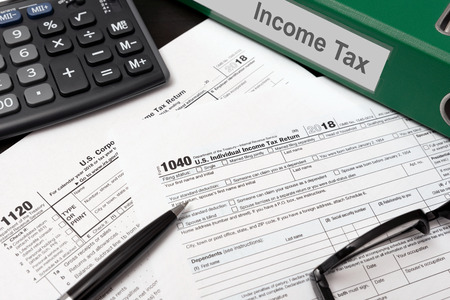 U.S. Individual income tax return. USA tax forms on desk 免版税图像