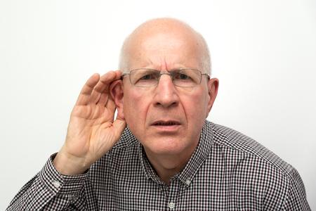 Senior lijden aan doofheid. Man vraagt om de vraag te herhalen Stockfoto
