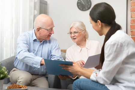 Senior couple planning their investments with financial advisor Standard-Bild - 120468763