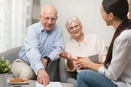 Senior couple planning their investments with financial advisor Zdjęcie Seryjne