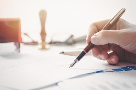 Le notaire signe un contrat légal. Avocat signant un document officiel Banque d'images